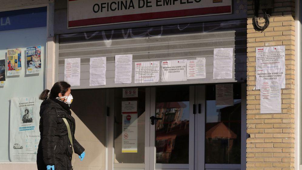 Foto: Una mujer pasa ante una oficina de empleo. (EFE)