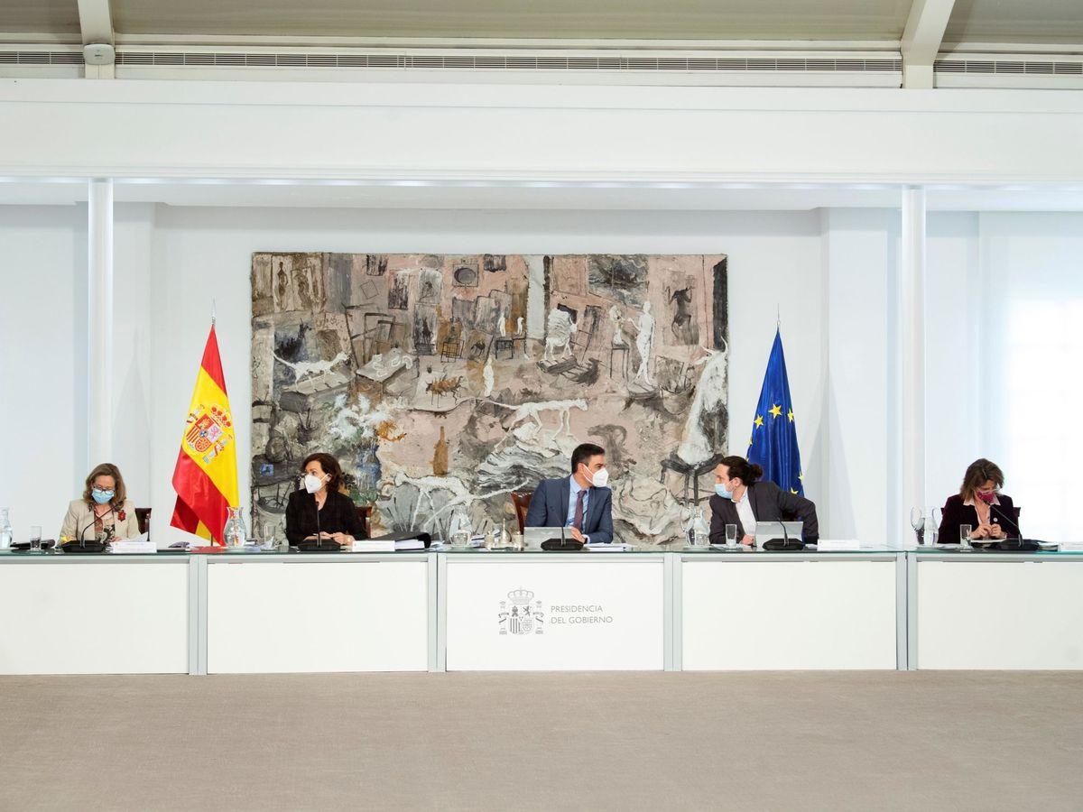 Foto: El presidente del Gobierno, Pedro Sánchez (c), conversa con el vicepresidente Pablo Iglesias (2d), durante su último Consejo de Ministros, este martes. (EFE)