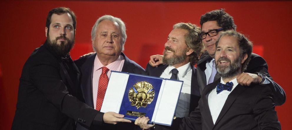 Foto: Carlos Vermut con el equipo de 'Magical Girl' recibiendo la Concha de Oro. (Reuters)