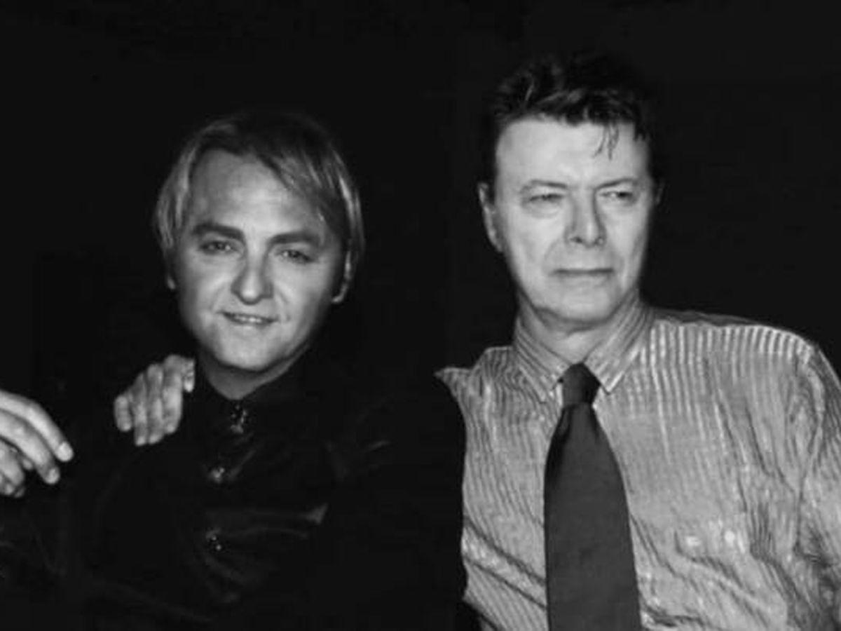 Foto: Carmelo Martínez, junto a David Bowie en una imagen de sus redes. (Instagram @guatequedecada)
