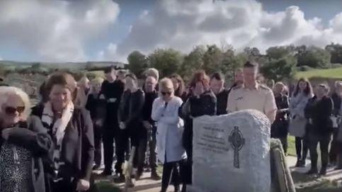 ¿Loco o genio? Un hombre gasta una broma a los asistentes a su funeral