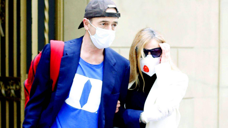 Alessandro Lequio y Ana Obregón salen de su apartamento en Barcelona. (Cordon Press)