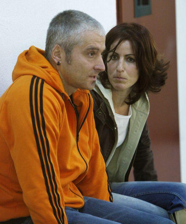 Foto: Txapote y su pareja Amaia, durante el juicio en 2009 por el asesinato del edil del PP José Ignacio Iruretagoyena. (EFE)
