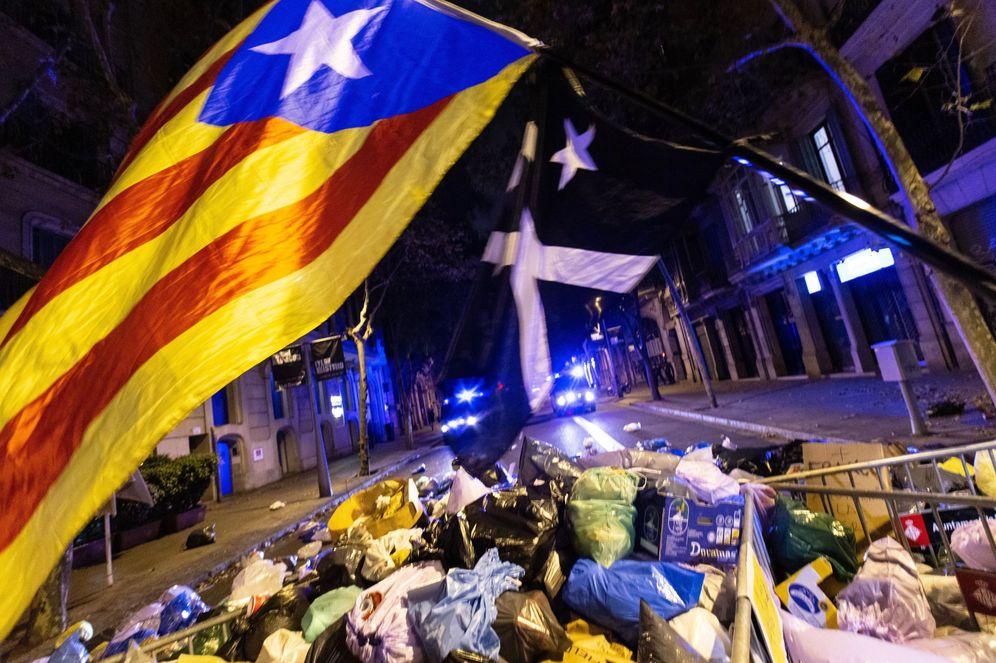 Foto: Centenares de personas arrojan bolsas de basura ante delegación del gobierno en Barcelona. (EFE)