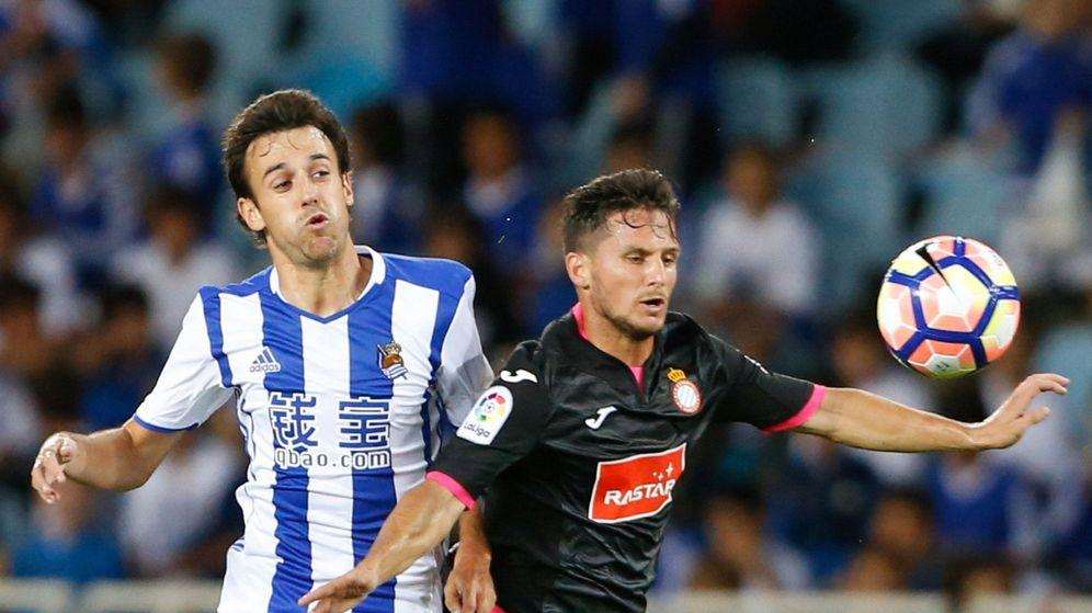 Foto: Rubén Pardo disputa el balón con Piatti durante la visita del Espanyol a Anoeta. (EFE)