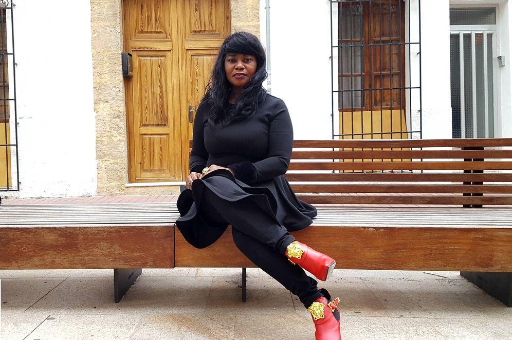 Foto: Helen Mukoro posa en el centro de Jávea, en Alicante. (A. P.)