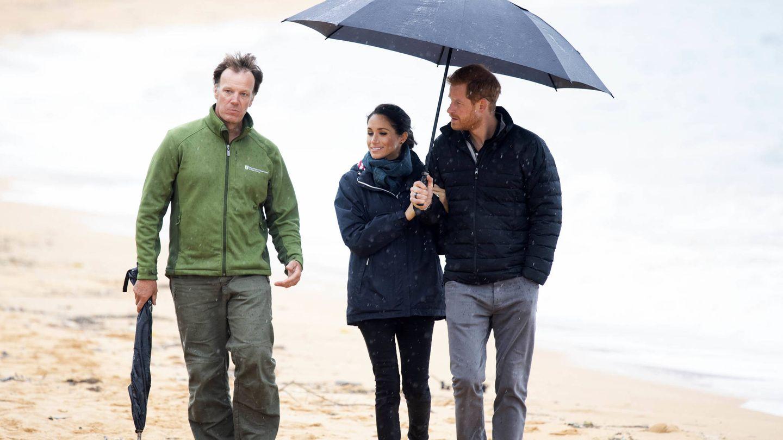 La lluvia alcanzó a los duques. (Getty)
