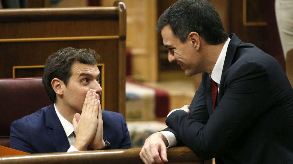 Foto: El secretario general del PSOE, Pedro Sánchez, junto al líder de Ciudadanos, Albert Rivera, en el Congreso en 2015. (EFE)