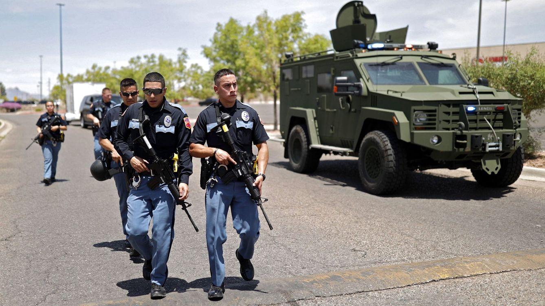 Foto: La Policía en los exteriores de Walmart en El Paso (Texas). (EFE)