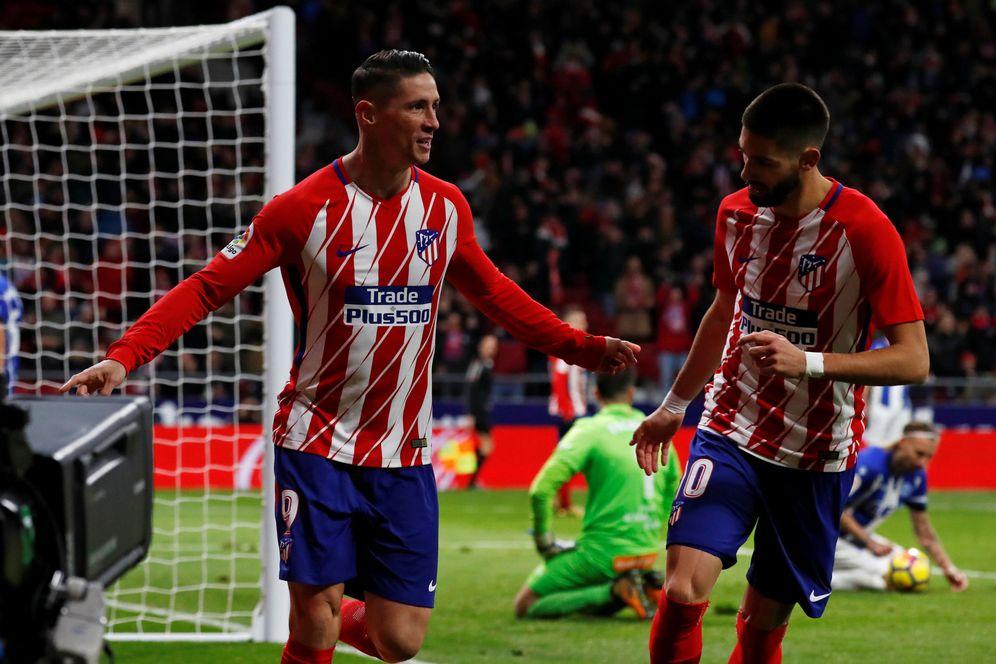 Foto: En la imagen, Fernando Torres y Yannick Carrasco. (Reuters)