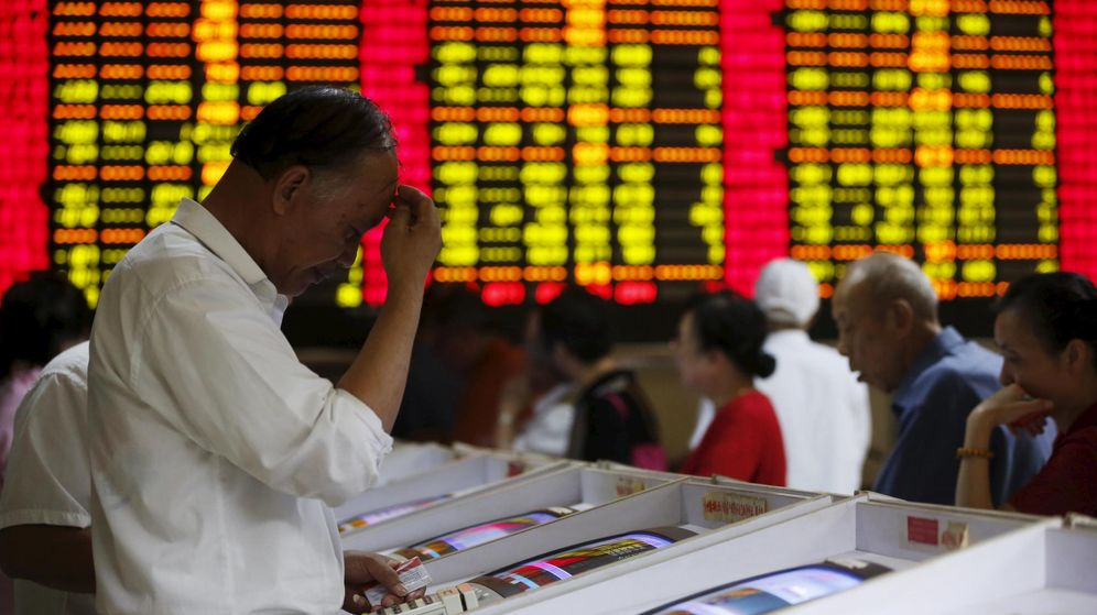 Foto: Un inversor muestra un gesto preocupado ante las pantallas de cotizaciones de la bolsa china.