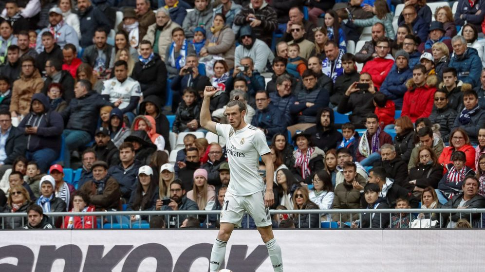 Foto: Gareth Bale hace un gesto a la grada del Bernabéu cuando es pitado. (EFE)