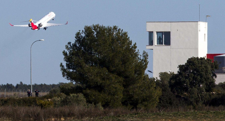 El Villarreal, primer pasajero oficial del aeropuerto de Castellón. (EFE)