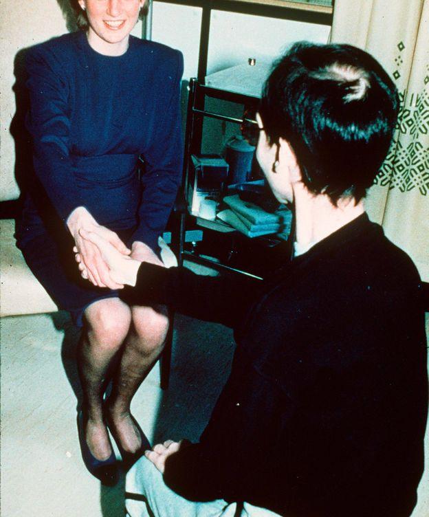 Foto: Lady Di, saludando a un enfermo de sida. (Getty)