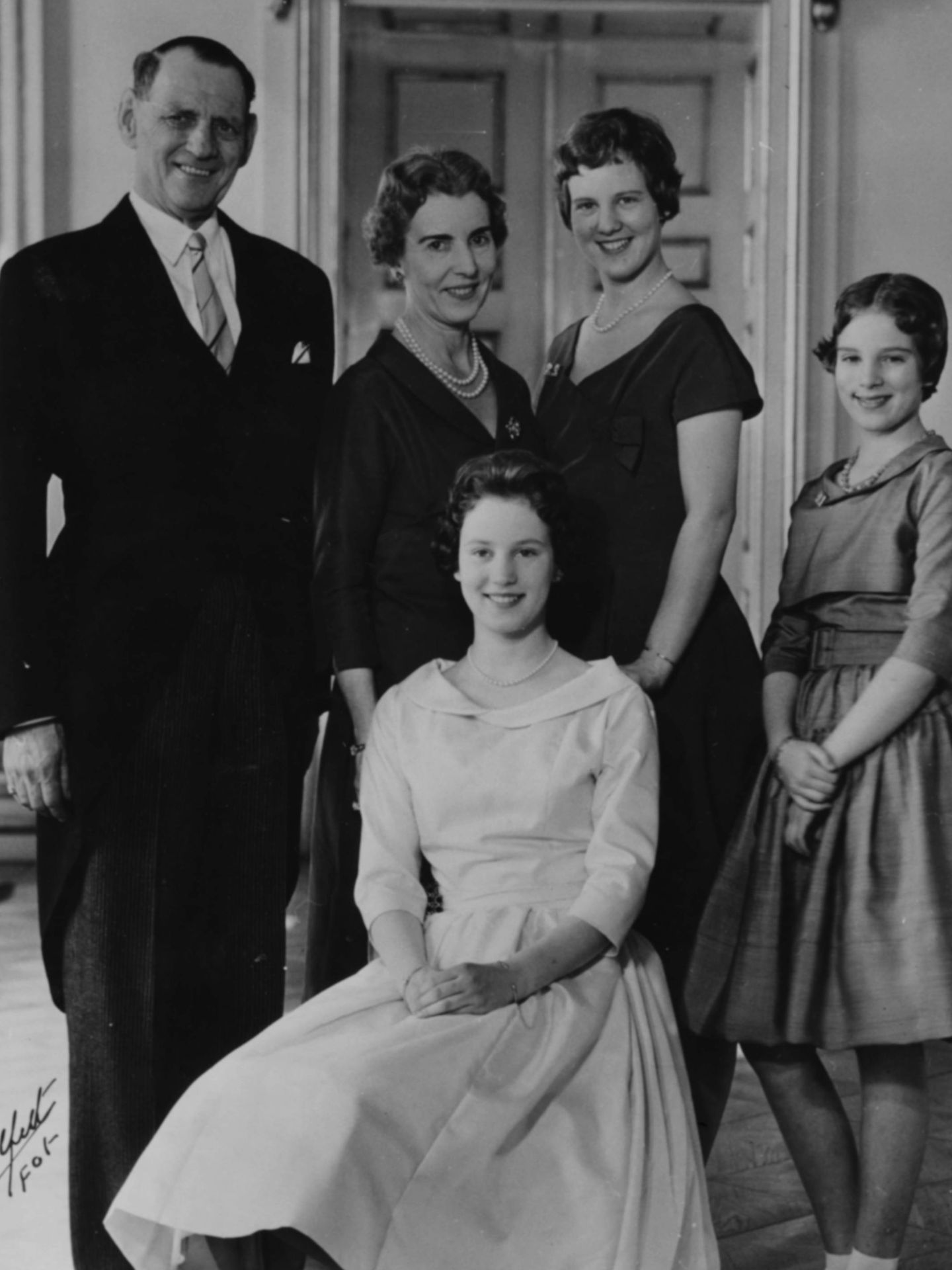 Los reyes Federico e Ingrid de Dinamarca, con sus hijas, Margarita, Ana María (cuñada de la reina Sofía) y Benedicta, en 1959. (Getty)