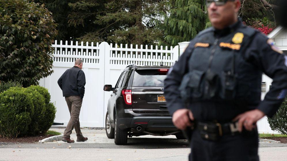 Foto: Policías y curiosos frente a la residencia del matrimonio Clinton en Chappaqua, Nueva York, donde ayer apareció uno de los paquetes bomba. (Reuters)