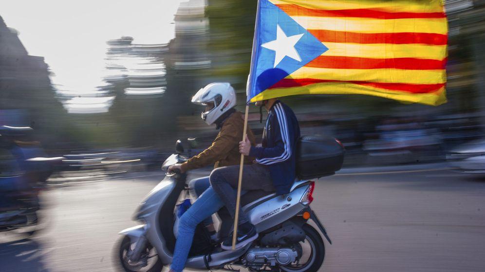 Foto: Independentistas llegan a los alrededores del Parlament. (EFE)