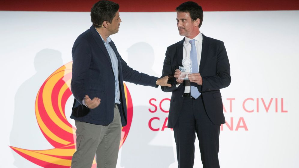 Foto: El presidente de Societat Civil Catalana, José Rosiñol (i), hace entrega del premio al Seny al ex primer ministro de Francia Manuel Valls. (EFE)