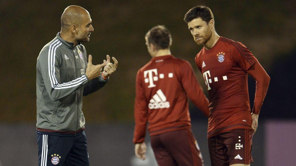 Foto: Xabi Alonso escucha a Pep Guardiola durante un entrenamiento del Bayern. (EFE)
