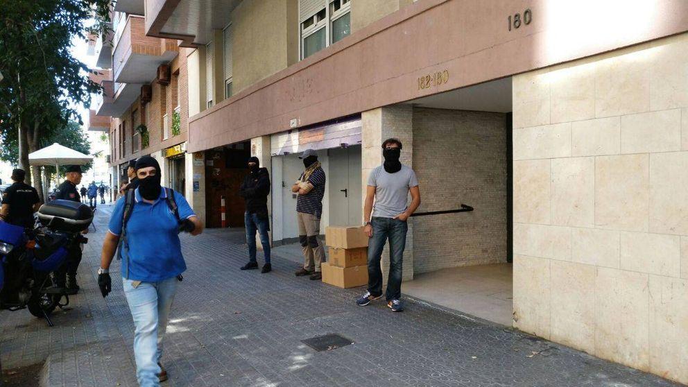 Agentes de la Policía Nacional requisan propaganda frente a la sede de la CUP