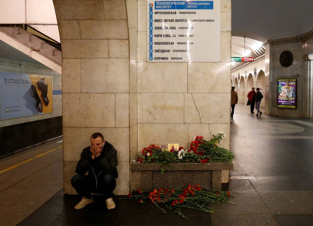 Foto: Un hombre reacciona ante un homenaje a las víctimas del atentado de San Petersburgo, el 4 de abril de 2017. (Reuters)