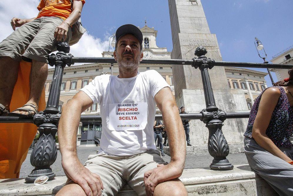 Foto: Un manifestante antivacunas con una camiseta en la que se lee 'Cuando hay un riesgo, debe haber una decisión' protesta en las afueras de la Cámara Baja en Roma