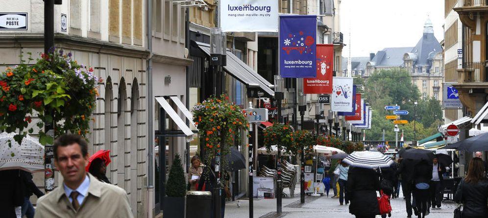 Foto: Varios peatones caminan en el centro de la ciudad de Luxemburgo. (Reuters)