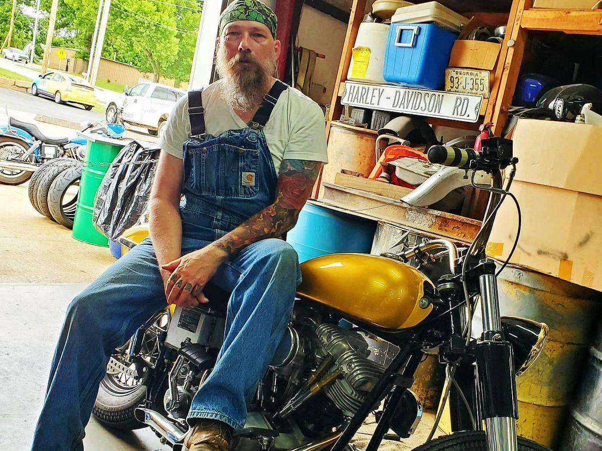 Foto: Darren Burrows, junto a su moto, en Misuri.