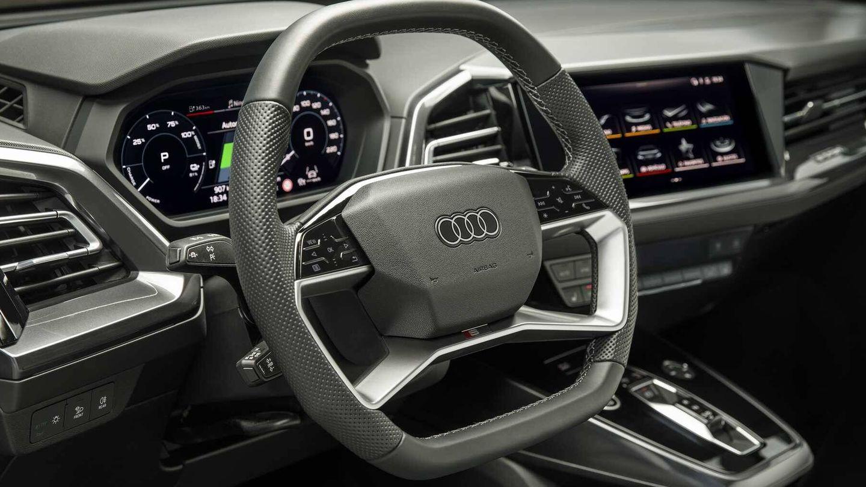 Incorpora un volante innovador por su forma y por sus mandos táctiles.