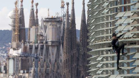 Nieblas en Navarra y Alain Robert escala la Torre Agbar: el día en fotos