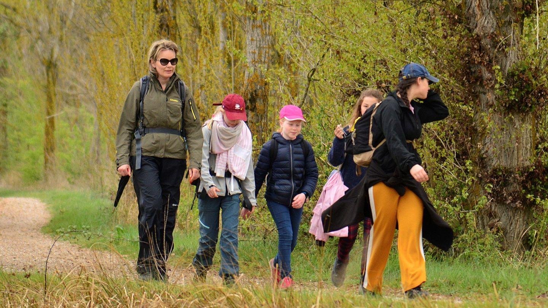La reina Matilde de Bélgica recorre junto a sus hijos y un grupo de amigos el Camino de Santiago. (EFE)
