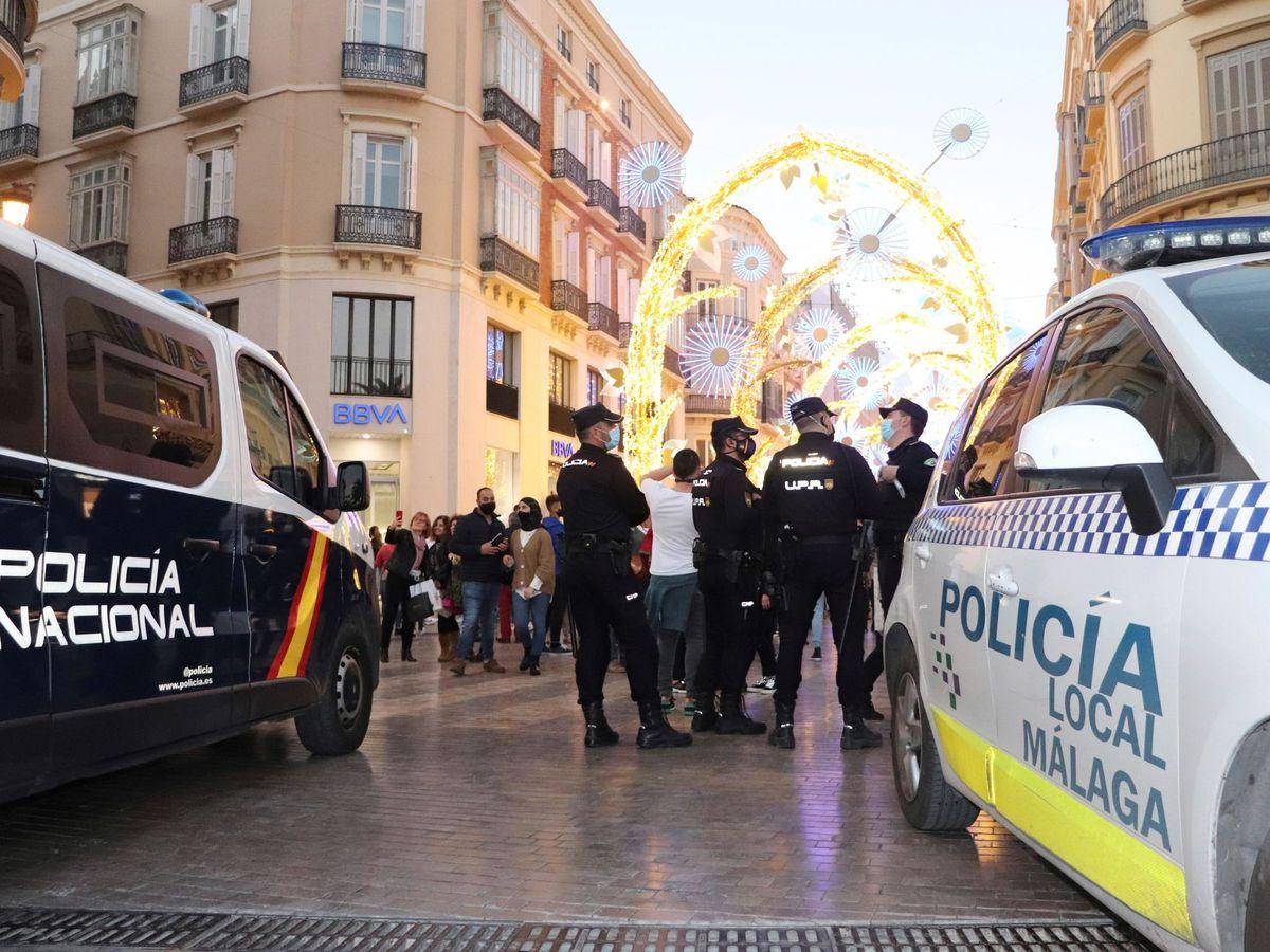 Foto: Policías locales y nacionales, en un dispositivo en Málaga capital. (EFE)
