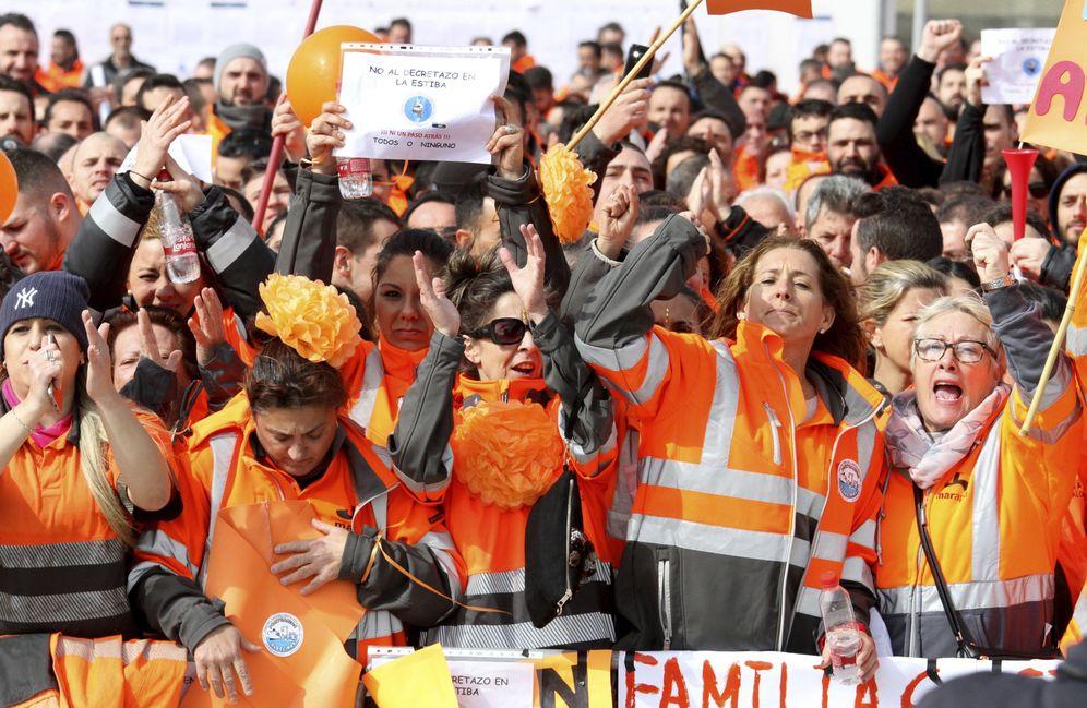Foto: Imagen de los estibadores del puerto de Algeciras pidiendo una solución al conflicto de la estiba el 21 de febrero de 2017 (EFE)
