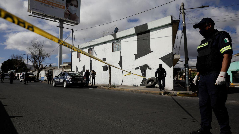 Agentes policiales en Valle de Chalco, donde aparecieron unos restos humanos en una bolsa. (EFE)