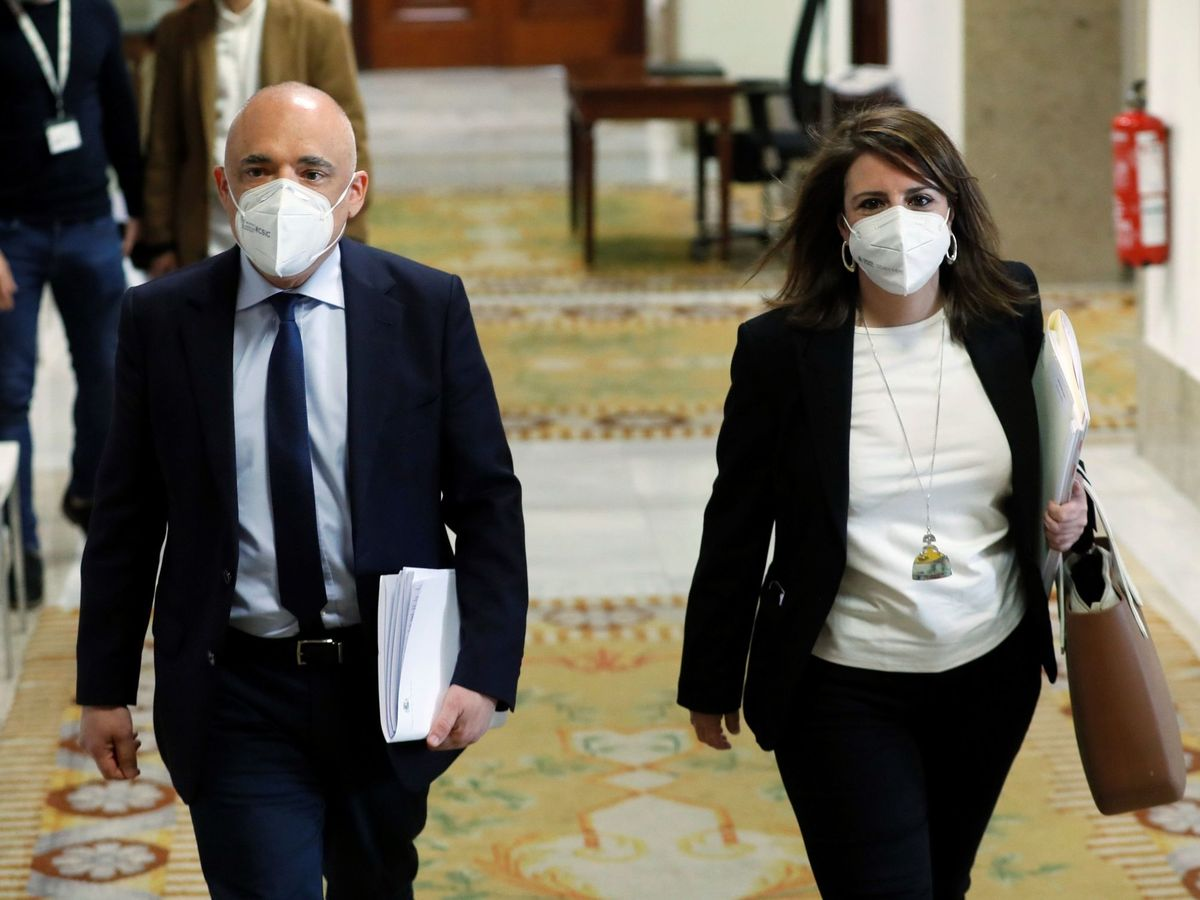 Foto: Adriana Lastra (d) y Rafael Simancas (d), del PSOE, en el Congreso de los Diputados en Madrid. (EFE)