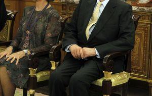El Rey reaparece en muletas: Siento andar así, perdón