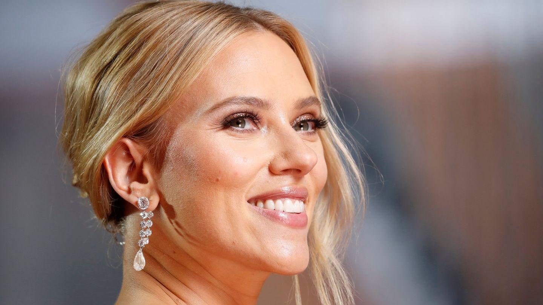 Scarlett Johansson posa en la alfombra roja. (Reuters)