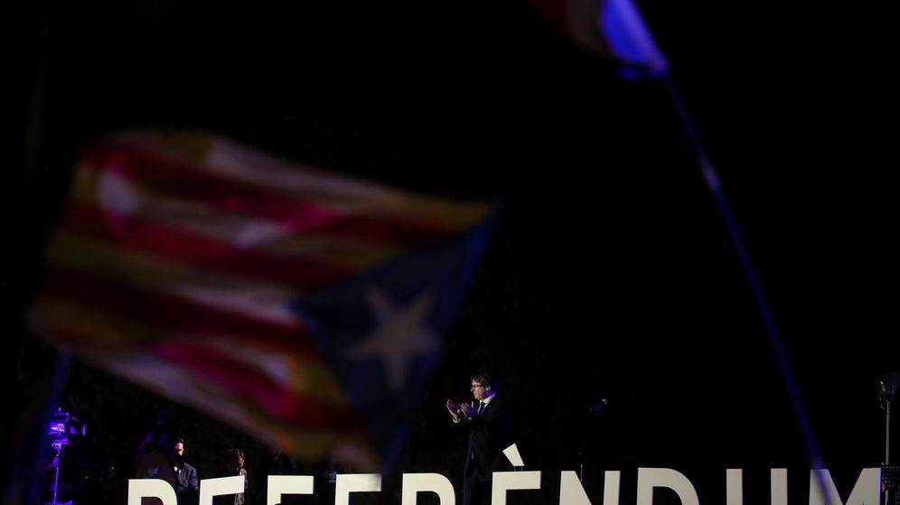 Foto: El presidente catalán, Carles Puigdemont, cierra el acto unitario a dos días del referéndum convocado para el 1-O. (Reuters)