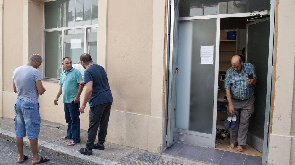 Foto: Exterior de la mezquita en la que ejercía el imán de Ripoll (Girona) al que los Mossos d'Esquadra investigan en relación con los ataques terroristas en Cataluña. (EFE)