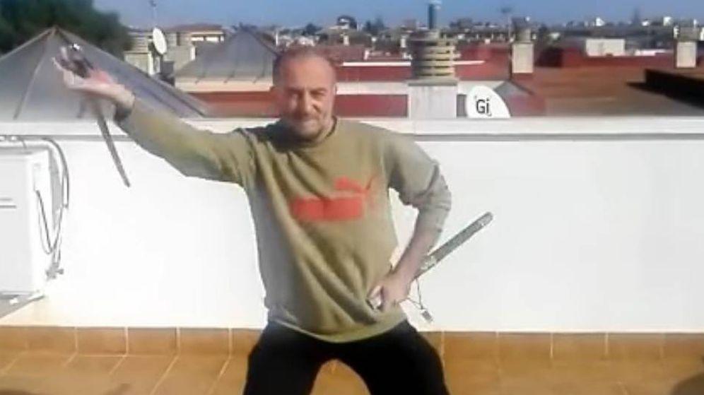 Foto: Yusuf Galán, el madrileño detenido por su supuesta vinculación al Isis en uno de sus vídeos sobre armas. (Youtube)