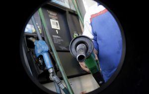 Del depósito del coche a Rusia... Los 5 efectos de la caída del crudo