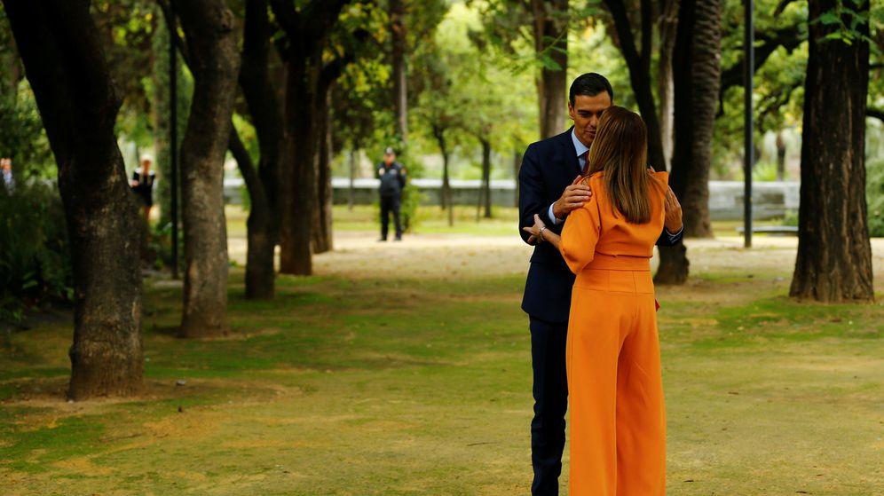 Foto: El presidente del Gobierno, Pedro Sánchez, saluda a Susana Díaz en el Palacio de San Telmo. (Reuters)