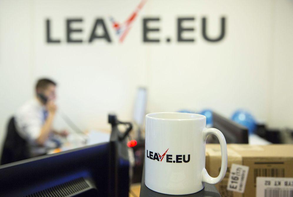Foto: Un empleado, en la sede de un grupo a favor del 'Brexit', Leave.eu, en Londres, el 12 de febrero de 2016. (Reuters)
