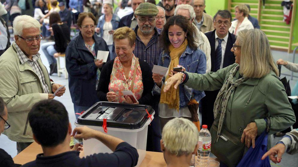 Foto: Ciudadanos hacen cola para votar en el referéndum independentista convocado por la Generalitat catalana suspendido por el Tribunal Constitucional. (EFE)
