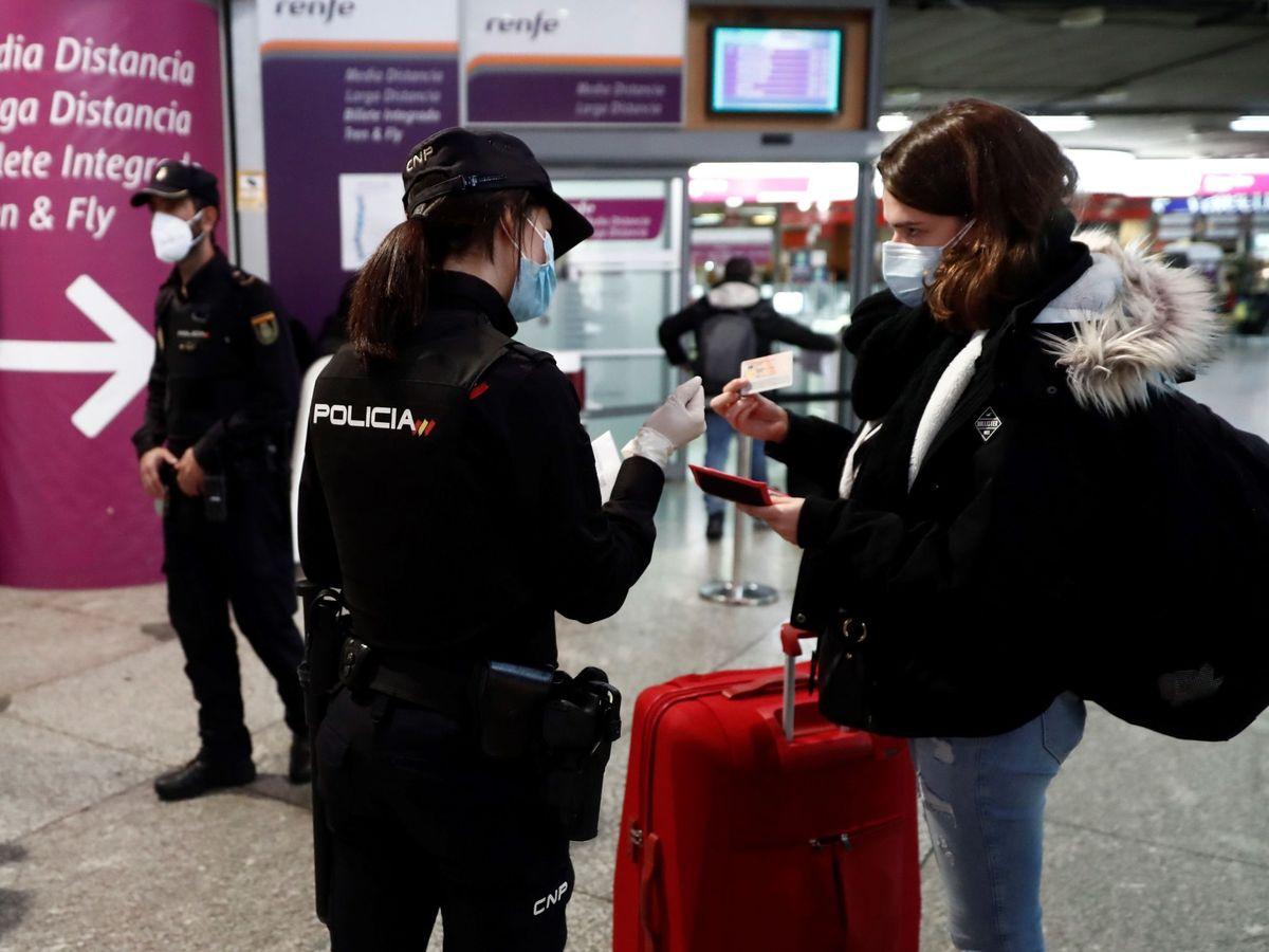 Foto: La Policía Nacional, durante un control en la estación de Atocha, en Madrid. (EFE)