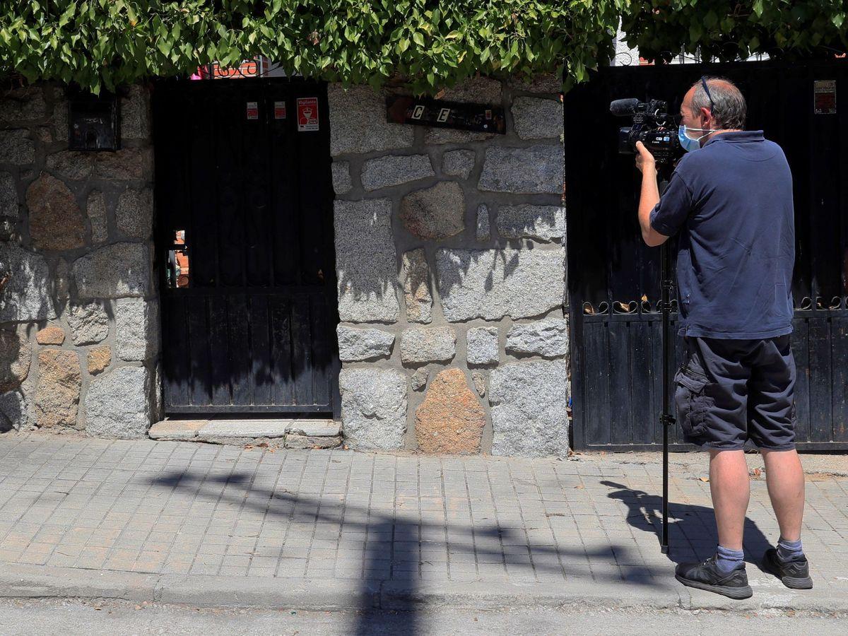 Foto: Un operador de cámara toma imágenes de la vivienda de la mujer de 70 años asesinada en Chapinería. (EFE)