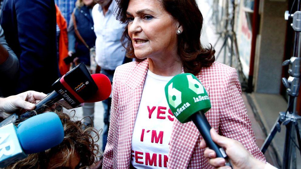 La camiseta feminista y el traje low cost vichy de Carmen Calvo