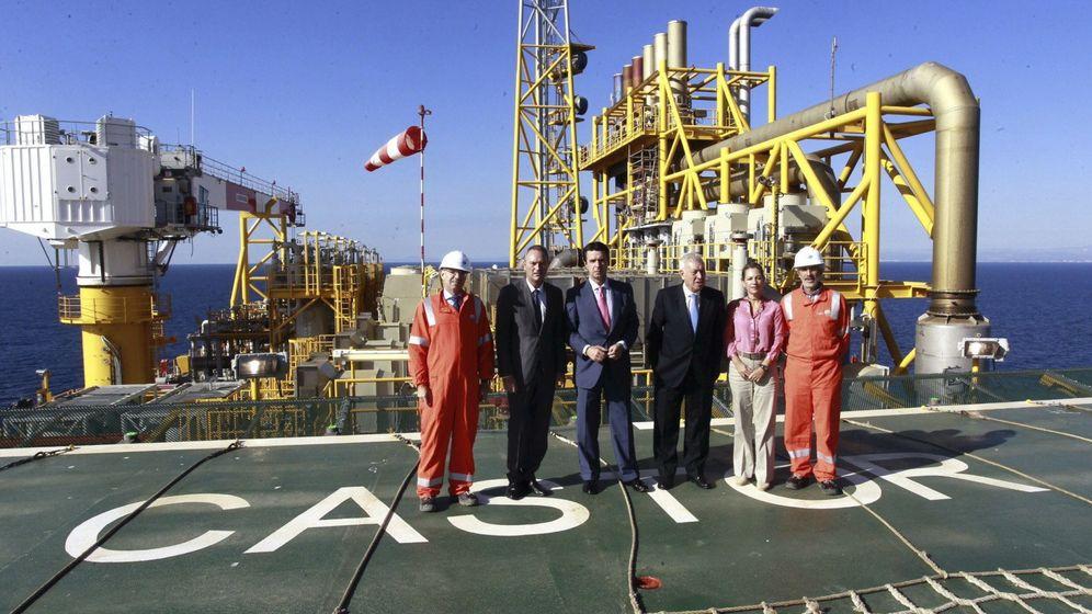 Foto: El ministro de Industria, José Manuel Soria (centro), visita las instalaciones del almacenamiento subterránero de gas Castor. (EFE)
