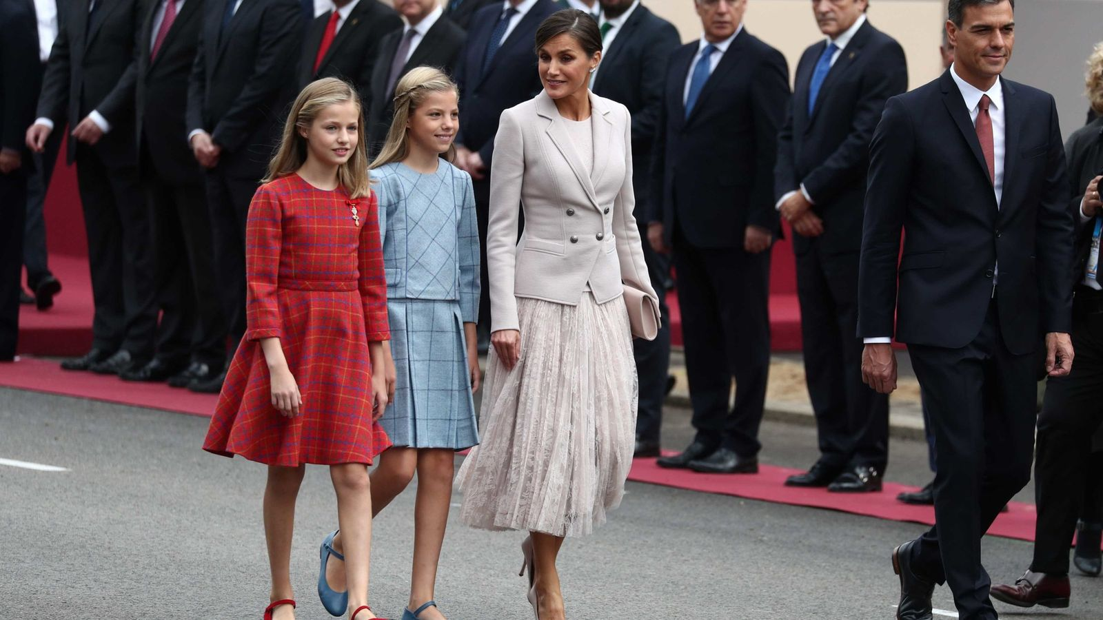 Leonor ya ejerce de princesa en el Día de la Hispanidad: toisón y a la derecha de su padre