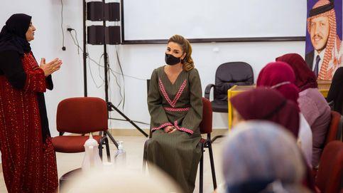 Rania de Jordania combina la tradición con el complemento 'tech' de moda